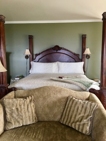 George Washington Inn: The Presidential Suite - the suite is probably 1300 sq feet, this is only the bed