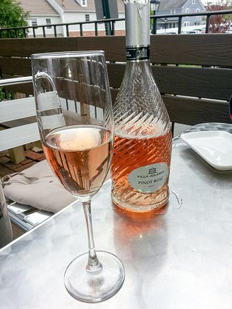 Ridgefield, คอนเน็กติกัต: excellent but overpriced rose