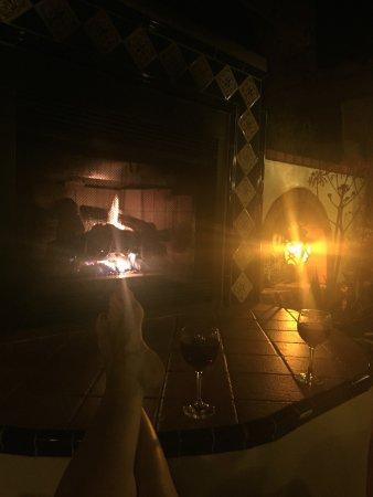 توسكان سبرينجز هوتل آند سبا: Relaxing by the outdoor fireplace