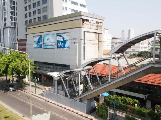 Metro access and escalator in front of the hostel