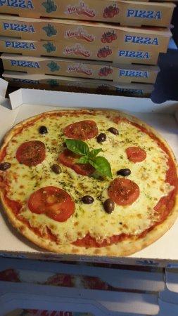 Пейменад, Франция:  la tomate fraiche mozza basilic ,pizza a l honneur pour cette ete 2017