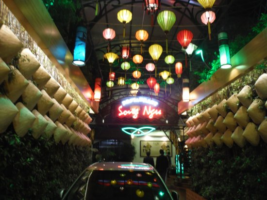 Song Ngu Seafood Restaurant: お店のエントランス、高級店の雰囲気があります。