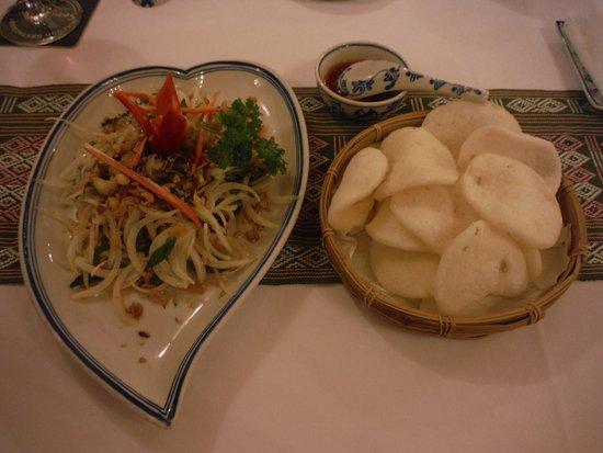 Song Ngu Seafood Restaurant: エビせん付きマンゴサラダ