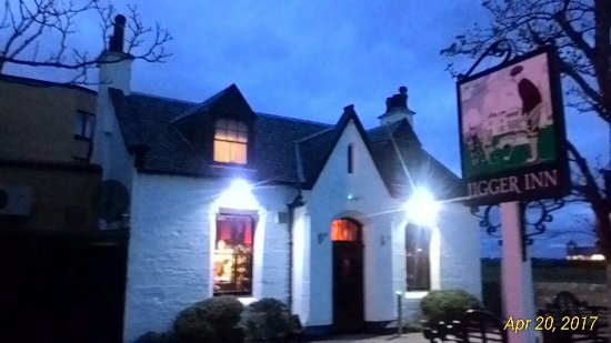 The Jigger Inn: Night view of Jigger Inn after my meal at 8pm