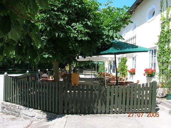 Kefermarkt, Áustria: Wunderschöner Gastgarten mit Blick auf Schloss Weinberg