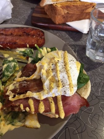 Double Shot Cafe: Eggs benedict with bacon-yum!