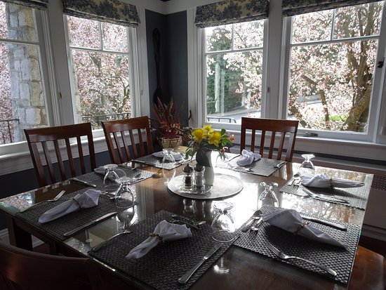 Abbeymoore Manor Bed and Breakfast Inn: Beautiful airy dining room to enjoy breakfast