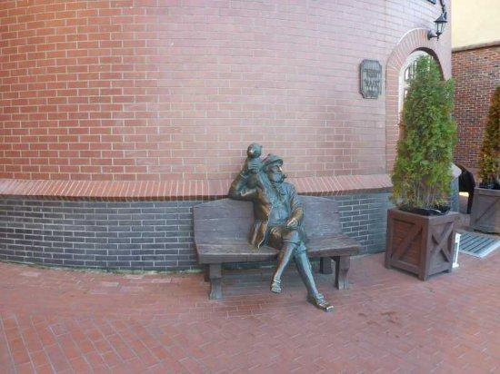Moryak s Obezyankoi Sculpture