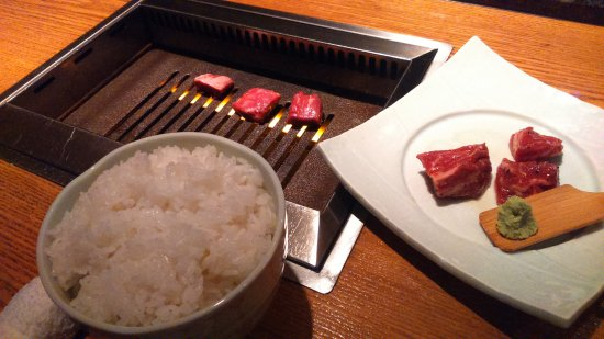 Uno se parrilla su propia carne en la mesa.