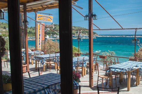 Petries, Grecia: Στους Αγίους Αποστόλους - Παραλία Πετριών - πάνω από την άμμο