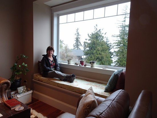 Eagle Rock Bed and Breakfast Chemainus: Lovely sitting area with water views