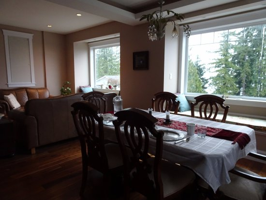 Eagle Rock Bed and Breakfast Chemainus: Delicious breakfast served in this light and airy dining room