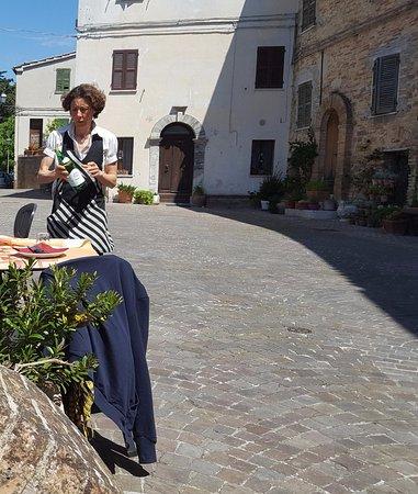Osteria Nido dell'Astore : Piazzetta con la Signora del Ristorante