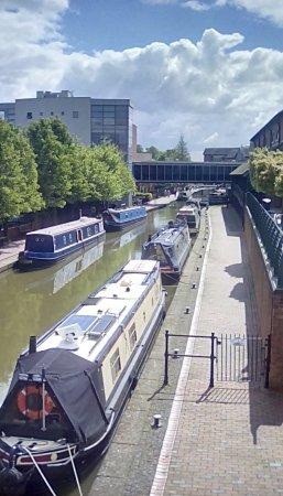 Banbury, UK: Canal alongside Castle Quay shopping centre