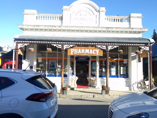 Arrowtown, Nuova Zelanda: A pharmacy on the main street