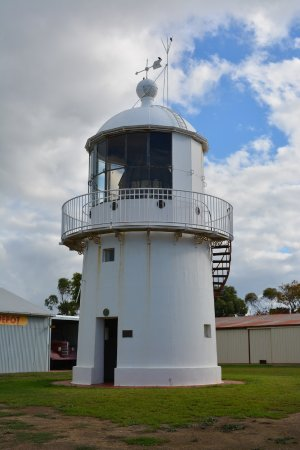 Kingscote, Australia: Original light from the Cape Willoughby Lighthouse now situated at Hope Cottage Museum.