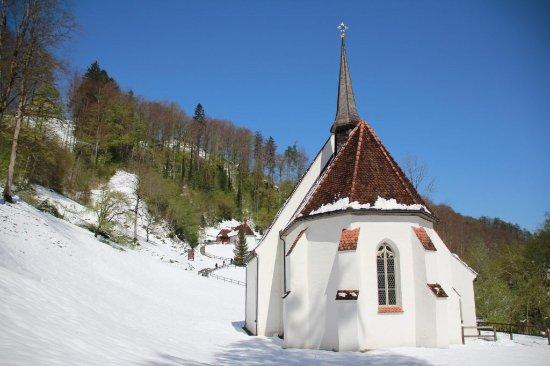 Sachseln, Switzerland: Chiesa inferiore e sullo sfondo la chiesa superiore con l'eremo