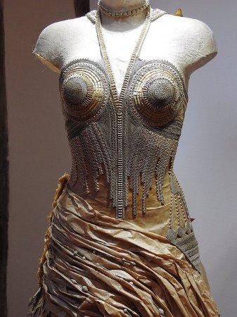 Saint-Leonard-de-Noblat, France: Robe bustier en carton et papier craft