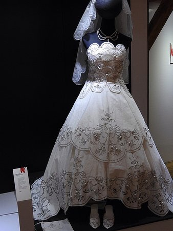 Saint-Leonard-de-Noblat, France: Robe de mariée en papier