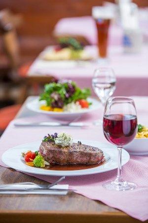 Oy-Mittelberg, Alemanha: Genießen Sie aus unserer Speisekarte regionale Produkte wie z.B. ein Steak vom Allgäuer Weiderin