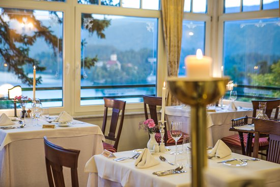 Hotel Triglav Bled: Main restaurant, romantic dinner setting, great views