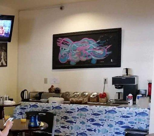 Del Rio, TX: Free Breakfast - toast, sweet rolls, cereal, fresh fruit, coffee, etc.