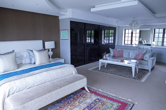 Kanonkop Guest House: Selwyn Suite bed and siting room