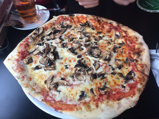 pizza funghi knoflook - Picture of Happy Italy, Den Bosch ...