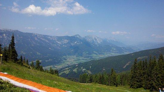Planai & Hochwurzen: 山上視野非常遼闊,也有許多人在此玩滑翔翼。