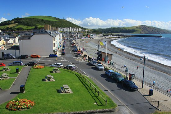Chancery, UK: Aberystwyth South Beach - view from the castle grounds