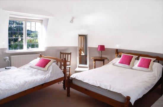 Pekes Manor Oast House: Bedroom 2. Double and 2 singles.