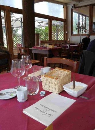 San Donato in Poggio, Italy: tavolo desolatamente vuoto per quasi un'ora