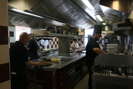 Cuisine ouverte picture of les cygnes chez jules for Cuisine ouverte restaurant