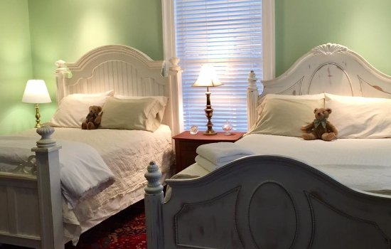 Linden, VA: The spacious Louisa Room has two queen beds and a fireplace