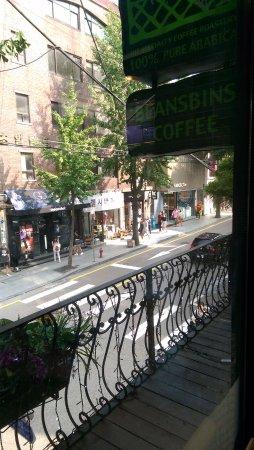 BeansBins Coffee Garosugil: 窗外街景