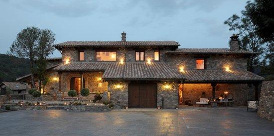 Renanue, España: fachada principal y aparcamiento privado