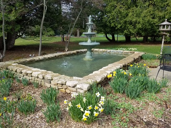 Country House Resort : Front fountain in early spring