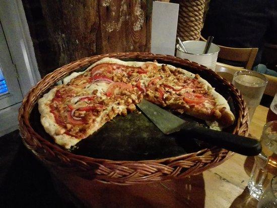 Dickens Inn: Pizza de pollo mediana (con toque picante)