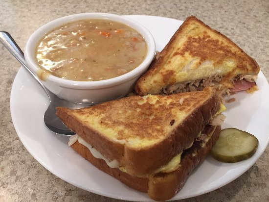 Veroba's Family Restaurant: Turkey cream soup and sandwich