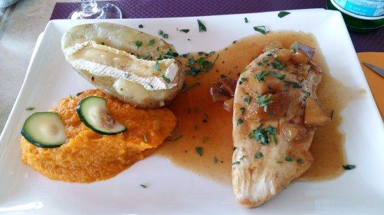 Ле-Милль, Франция: Fruits cuits / filet de dinde, purée de carottes, ciboulette fraîche, p. de terre au camembert