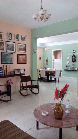 Casa de Cuevas: sala de la casa y el comedor de fondo. Grandes espacios comunes para el descanso y compartir.