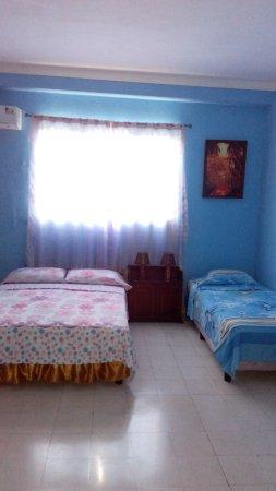 Casa de Cuevas: Habitaci'on # 3 con cama matrimonial y cama personal. Caben tres personas