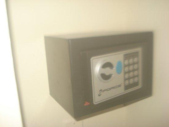 Casa de Cuevas: caja de seguridad que se encuentra en cada habitacion.