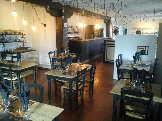 Saint-Michel, Francia: Une vaste salle de restaurant chaleureuse et décorée avec goût
