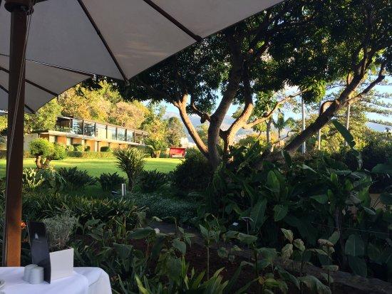 Blick vom Frühstücks-Restaurant zum Hotel