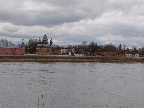 Jekabpils, Lettland: Вид на мужской монастырь с правого берега Даугавы.