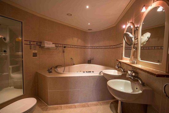 Badkamer met jacuzzi en stoomcabine De Koperen Hoogte - Foto van De ...