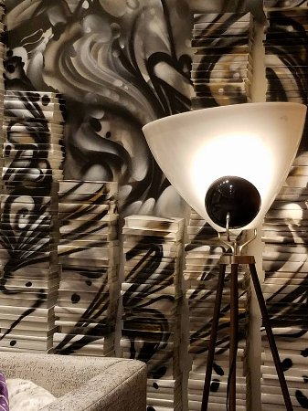Renaissance Chicago Downtown Hotel: Artistic decor in lobby!
