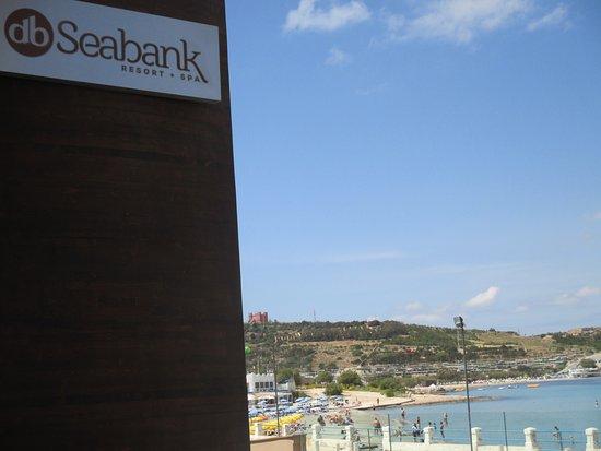 db Seabank Resort + Spa : vue depuis l'entrée, sur la plage, de l'autre côté de la rue.