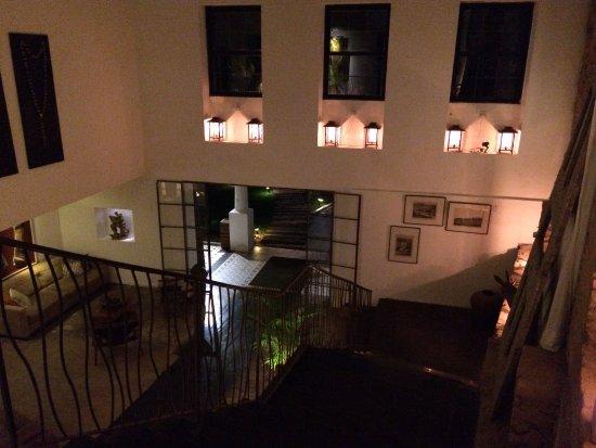 Hotel Santa Teresa Rio MGallery by Sofitel: L'escalier qui mène à l'étage, au départ de la réception